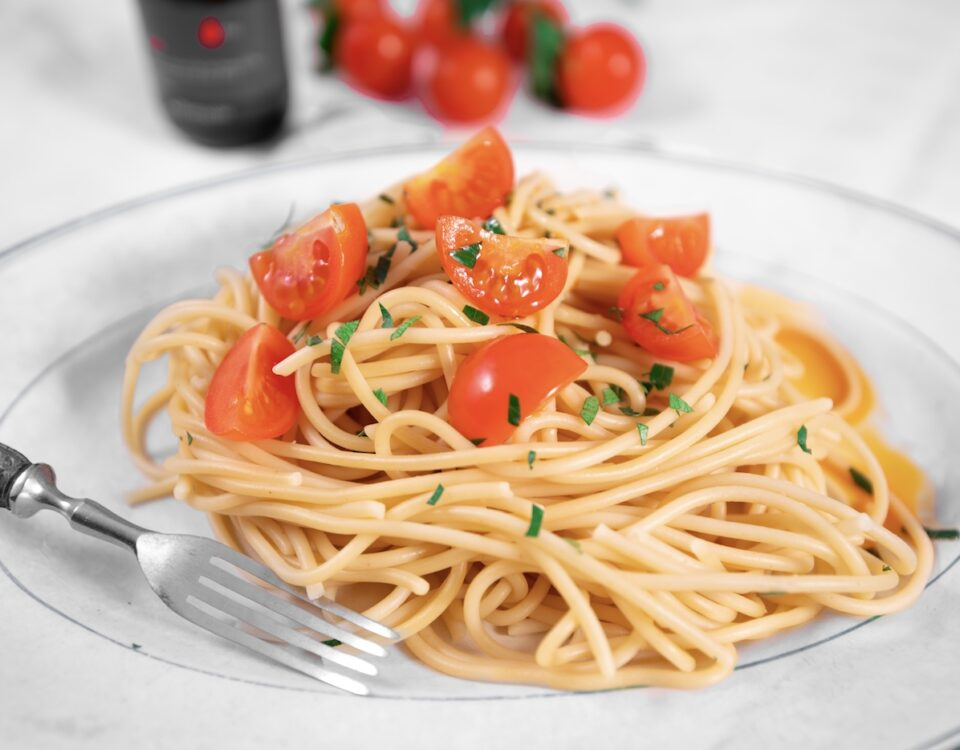 Spaghetti con erbe miste, pomodorini e Olio Extravergine Piccante 666