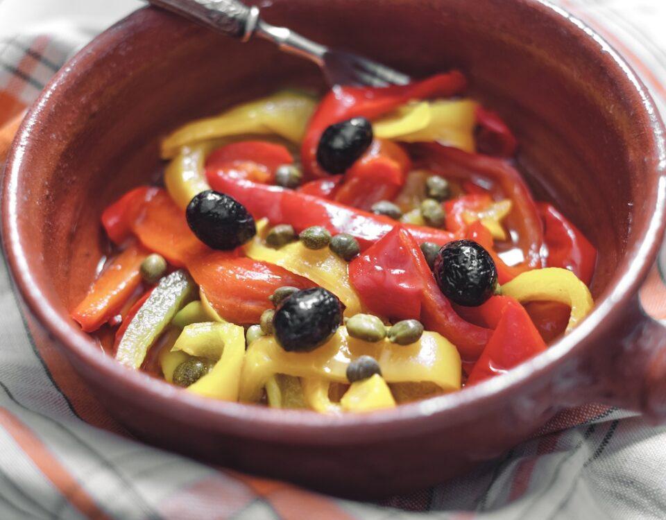 Peperoni con capperi e Olive nere secche